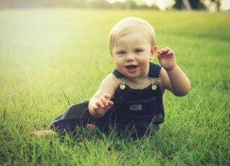 when do babies sit up, when do babies start to crawl, at what ages do babies crawl, 7-month-old feeding schedule, developmental chart, milestones for a 7 month old,